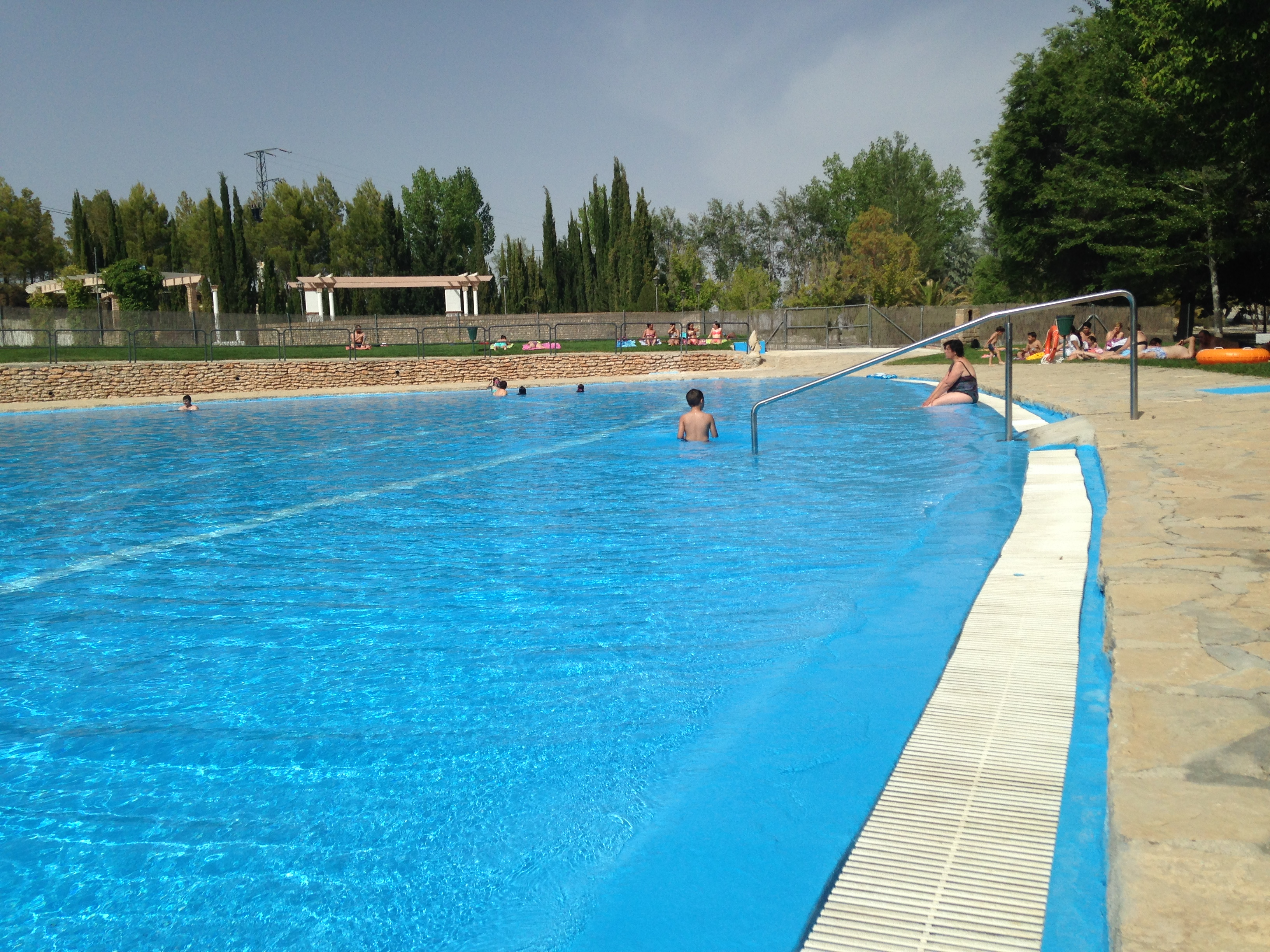 Los olivos cave holidays andalucia for Local swimming pools